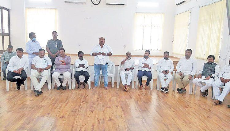 బీజేపీ ద్వంద్వ విధానాల్ని ఎండగట్టాలి