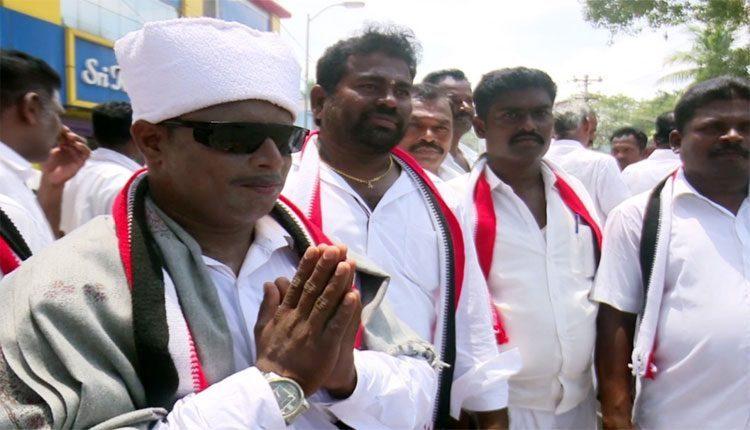ఎంజీ రామచంద్రన్ గెటప్లో.. ఏఎంఎంకే అభ్యర్థి ప్రచారం