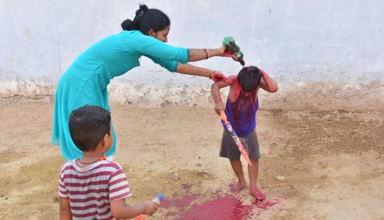 తెలంగాణలో ఆనందోత్సహాల మధ్య హోలీ వేడుకలు