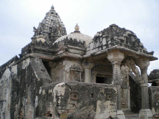 పాక్లో హిందూ ఆలయంపై దాడి.. మెయిన్ డోరు ధ్వంసం