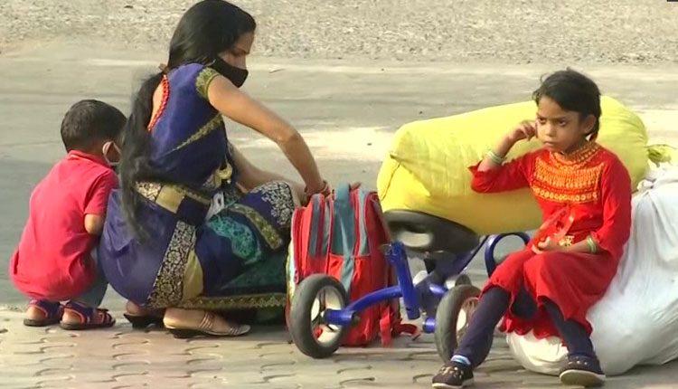 కరోనా ఎఫెక్ట్: లాక్డౌన్ భయంతో స్వస్థలాలకు వలస కార్మికులు