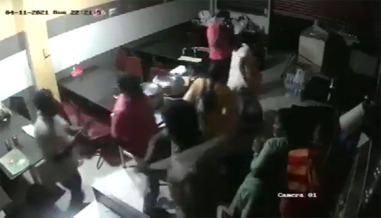 హోటల్ సిబ్బంది, కస్టమర్లను కొట్టిన ఎస్ఐ