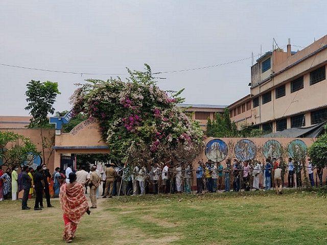 బెంగాల్ పోరు : పోలింగ్ కేంద్రంలో మరణించిన బీజేపీ ఏజెంట్