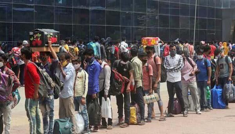 కరోనా ఆంక్షలు.. రైల్వే స్టేషన్ ముందు భారీ క్యూలైన్లు