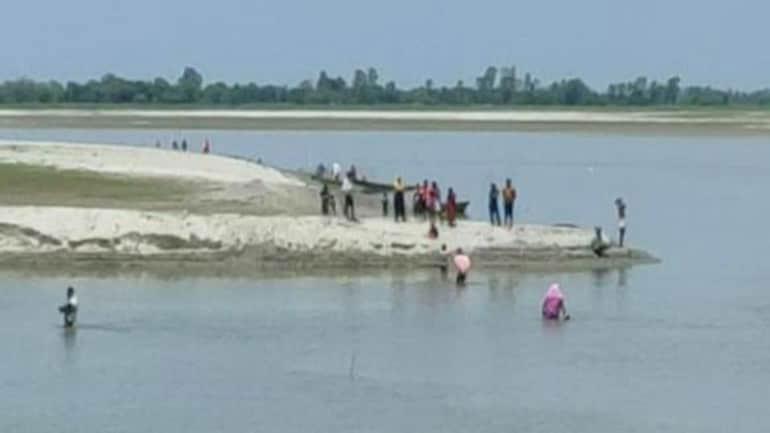 కరోనా వ్యాక్సినేషన్.. నదిలో దూకిన ప్రజలు