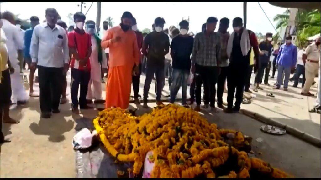 కోవిడ్ లాక్డౌన్: గుర్రం అంత్యక్రియలకు వందల మంది హాజరు, 14 రోజులపాటు గ్రామం దిగ్బంధం