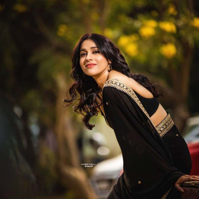 Anchor Rashmi Gautam Sizzles in Black Saree