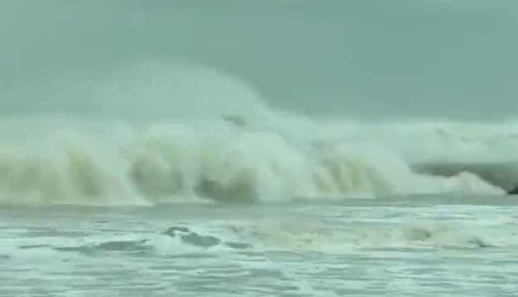 'యాస్' ఎఫెక్ట్: పారదీప్ వద్ద సముద్రం ఉగ్రరూపం..వీడియో
