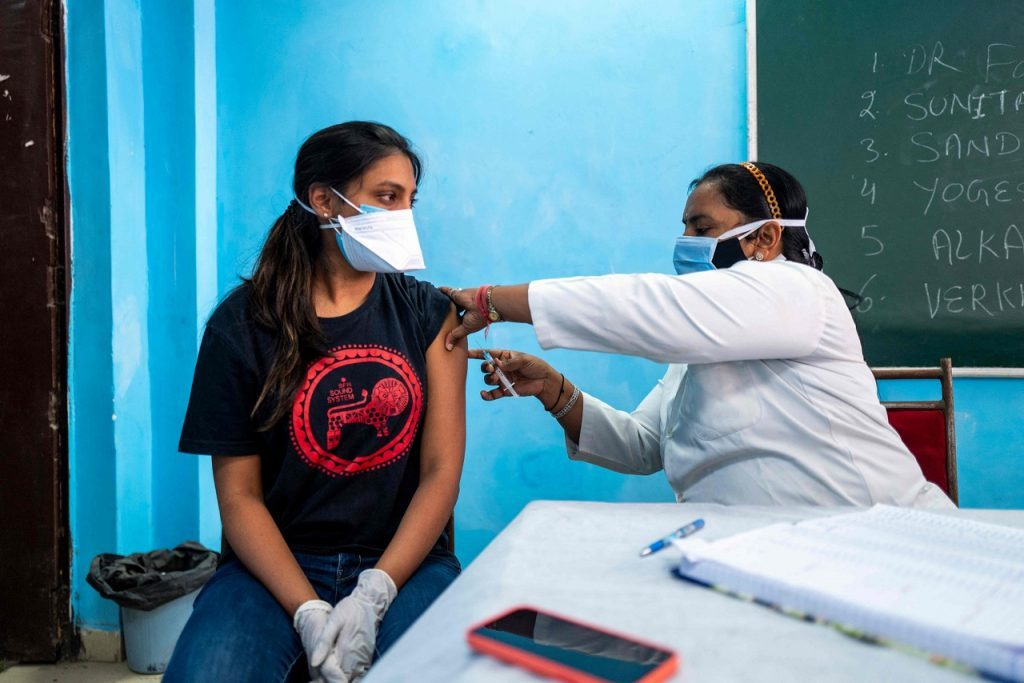 Corona Vaccine కోసం క్యూ కట్టిన యువత