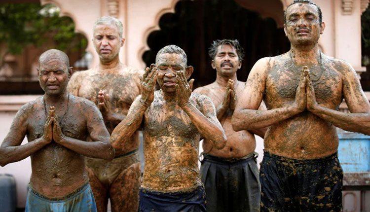 నవ్వాలా లేక ఏడ్వాలా.. ఆవు పేడతో కరోనా నుంచి రక్షణపై అఖిలేష్ వ్యాఖ్య