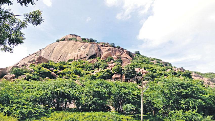 శత్రు దుర్భేద్యం.. మొలంగూర్ ఖిల్లా!