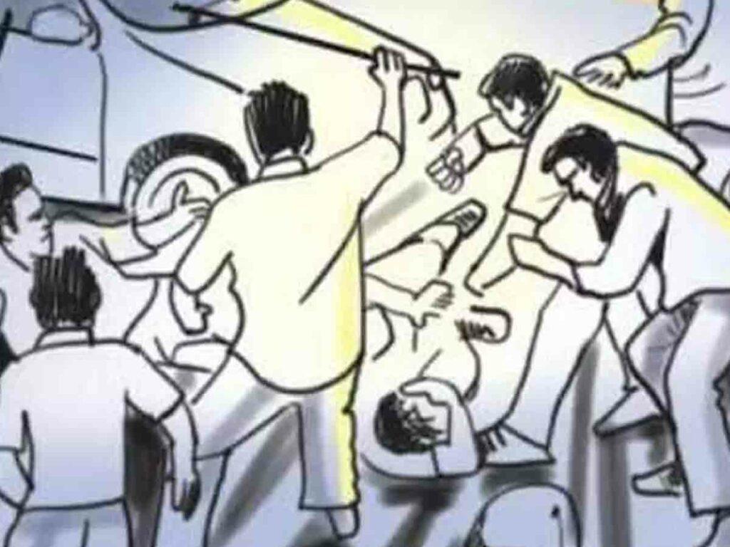 కత్తులు దూసుకున్న కుటుంబీకులు.. ఇద్దరి పరిస్థితి విషమం