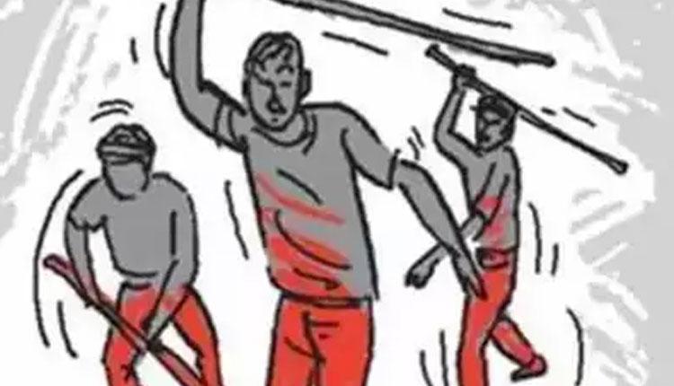 నివాస ప్రాంతంలో ఎందుకంత వేగం అన్నందుకు కుటుంబంపై దాడి