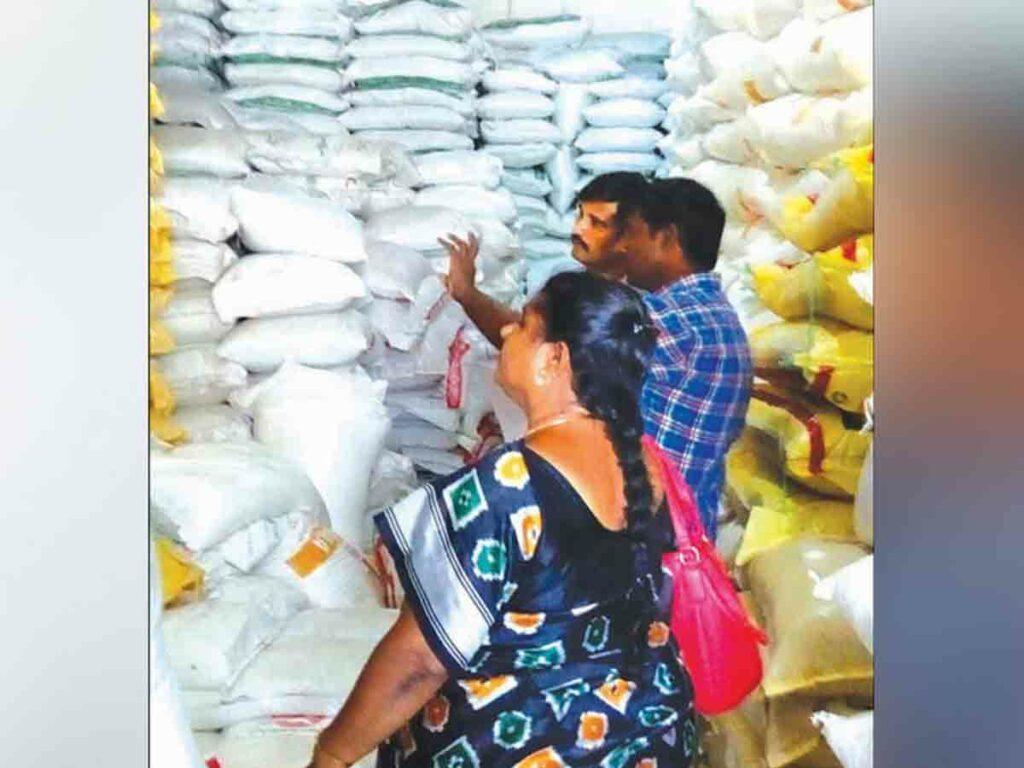 ఫర్టిలైజర్ దుకాణాల్లో విజిలెన్స్ అధికారుల తనిఖీలు