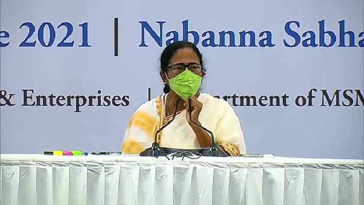 కరోనా కేసులు సగానికి తగ్గాయి : మమతా  బెనర్జీ