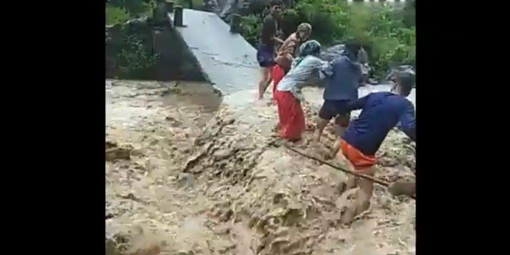 ప్రాణాలను పణంగా పెట్టి నదిని దాటుతున్న జనం.. వీడియో
