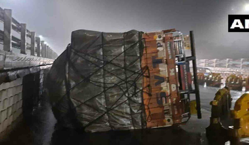 20 టన్నుల టమాటాతో వెళ్తున్న లారీ బోల్తా.. వీడియో