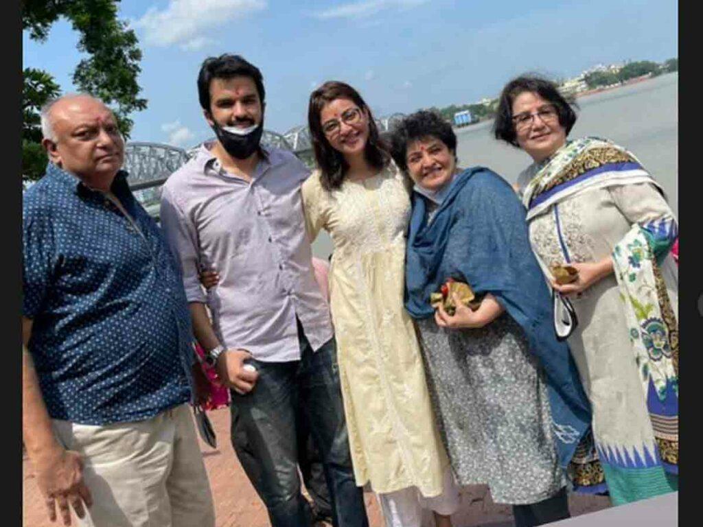 ఫ్యామిలీతో కలిసి దక్షిణేశ్వర దేవాలయాన్ని సందర్శించిన కాజల్